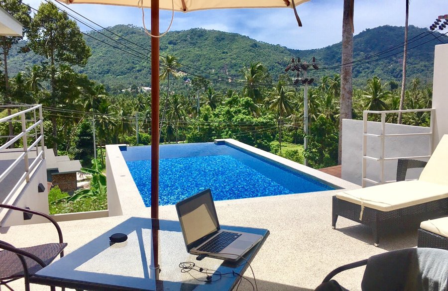 working by the pool is distracting for time management for freelancers
