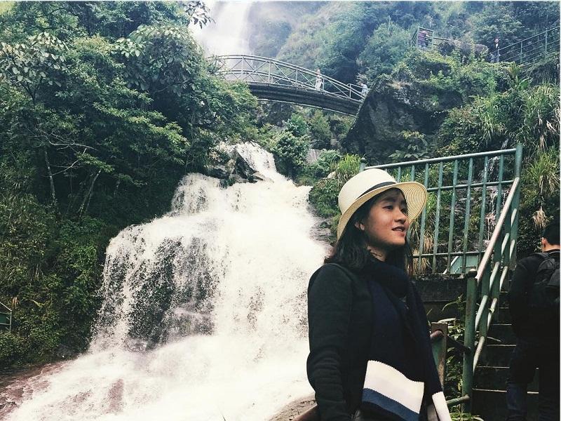 đứng chụp ảnh cạnh thác nước